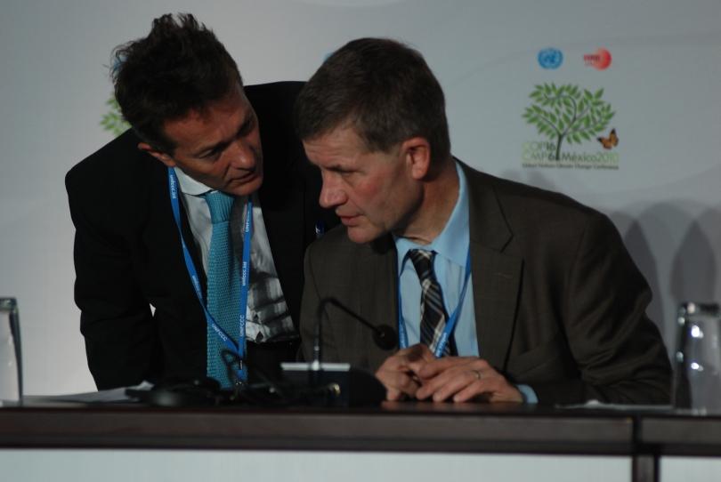 UNEP-sjef Achim Steiner sier Erik Solheim noen alvorsord etter at sistnevnte ble forsinket til egen pressebrief